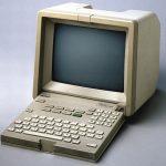 Minitelterminalen har en tjock bildskärm och ett speciellt tangentbord som är fastsatt vid bildskärmen.