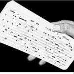 En hand håller i ett hålkort.