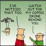 Teckning ur serien Dilbert. En drönare med en mugg kaffe hängande under kommer flygande bakom Dilbert.